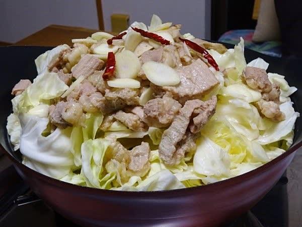7dbda6b871 牛モツ(シマ腸)は、予め圧力鍋に張ったスープ(水300cc・日本酒100cc・白だし120cc・味醂60cc)で15分程煮込んで冷ましておく。