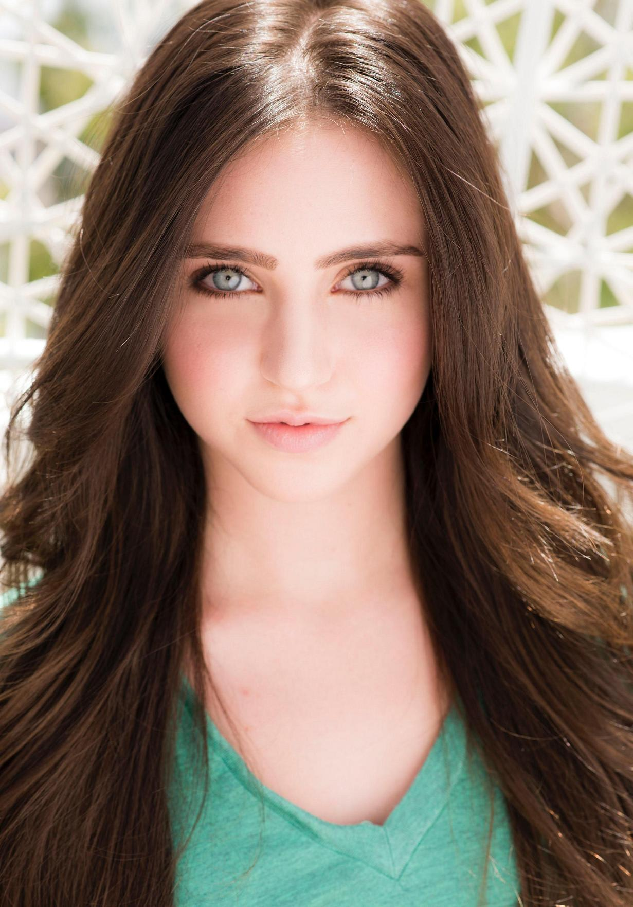 Ryan Newman Has Blue Eyes | Everyone Loves To Star Gaze