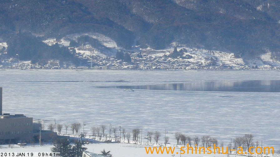 諏訪湖の\u201c御神渡り\u201dをライブで写す中継カメラ。