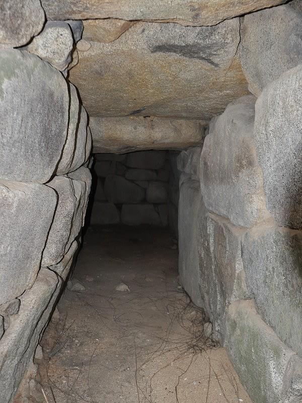 後円部石室は鍵がかかっていて入れません
