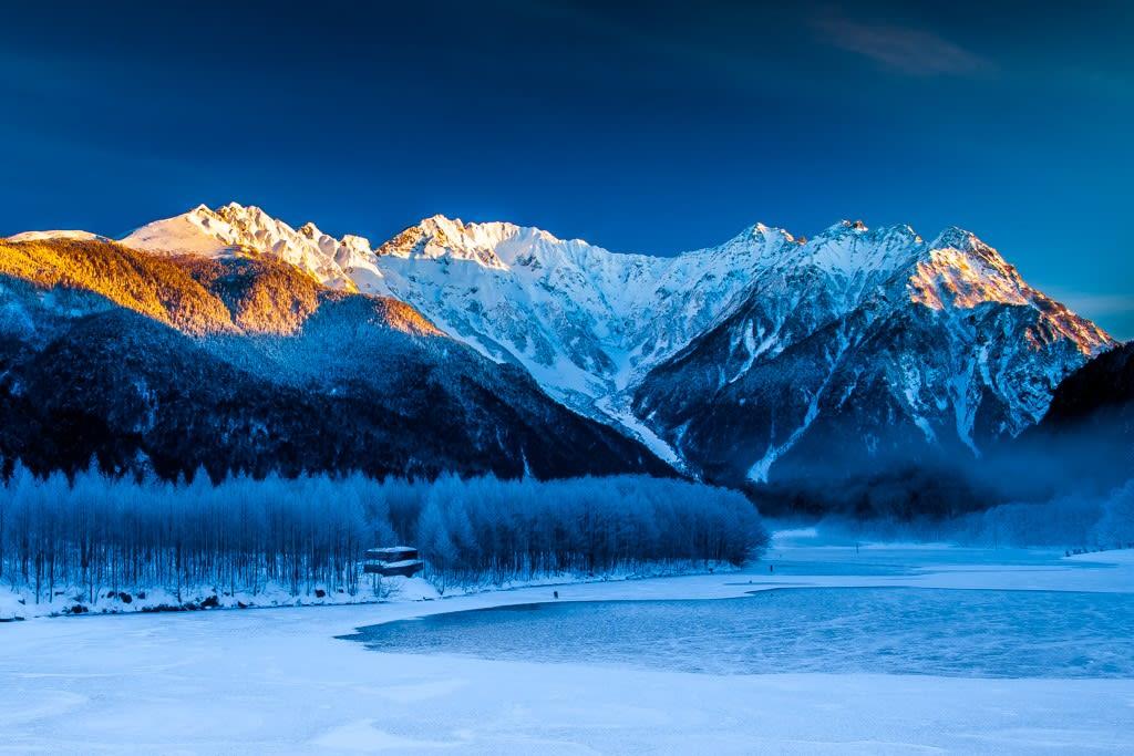 冬の穂高連峰と大正池の写真