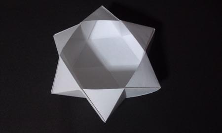 0d850261481b なぜこんなきれいに六芒星の形になっているのかというと、答えは簡単、六角形の紙で折っているからです。六角形の紙で折れば六芒星も簡単に出来るというわけです。