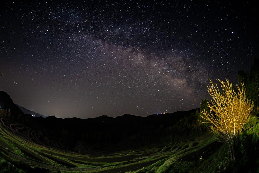 棚田と天の川の写真