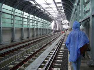 阪神なんば線九条駅から西九条駅へ向かうU型擁壁区間から安治川橋梁を望む