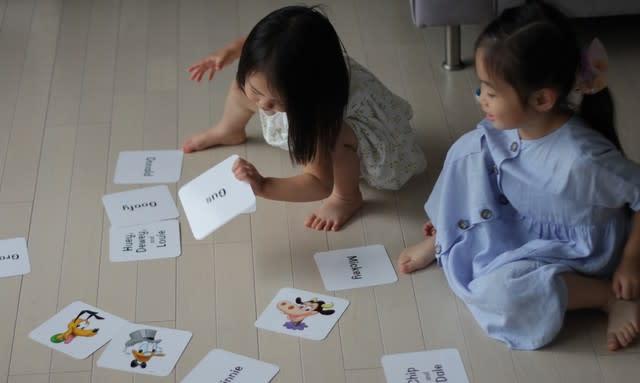 ディズニー英語システムのカードで遊んでいる様子