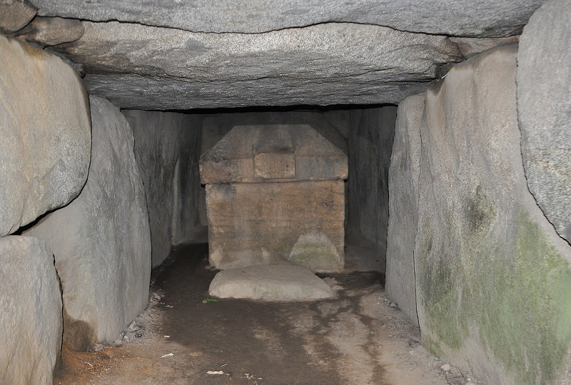 羨道部から見た石棺