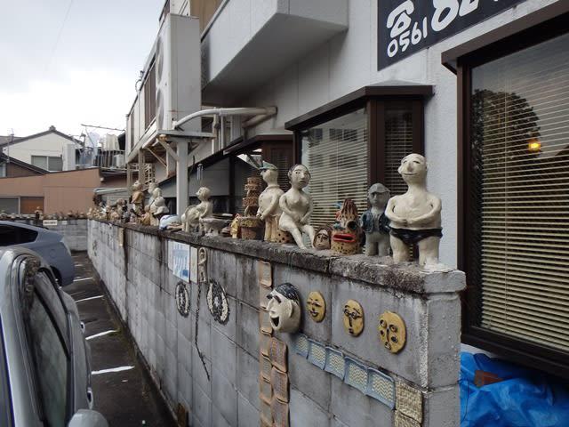 ブロック塀に並べられた瀬戸物のオブジェ