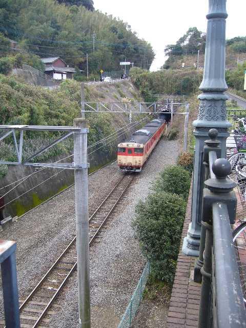 ハウステンボス駅を出発した国鉄色キハ66