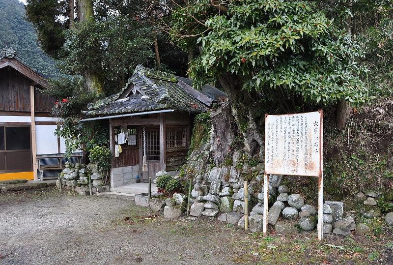 穴薬師石仏堂