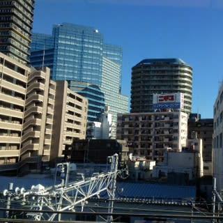 都会は雲一つ無い青空