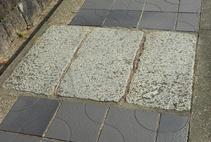 轟橋とされる三枚の石版