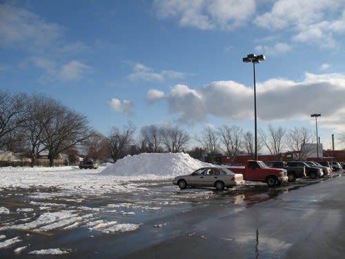ショッピング・センターの駐車場には雪の山が。。。