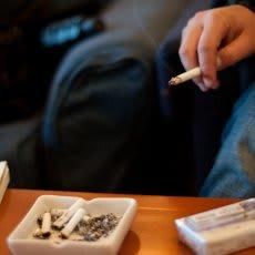 「煙草は完全に禁止すべきだと思いますか? 」の質問画像
