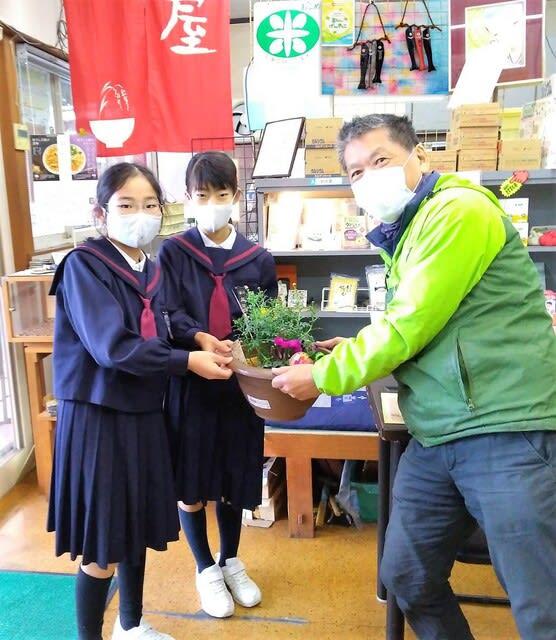 地元の小学校の児童会から寄植えをいただきました。
