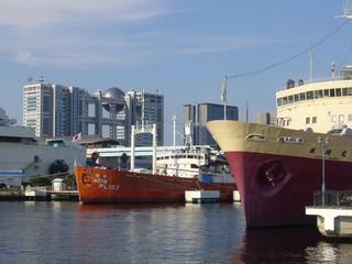 水上バスより船の科学館宗谷・羊蹄丸とフジテレビを臨む
