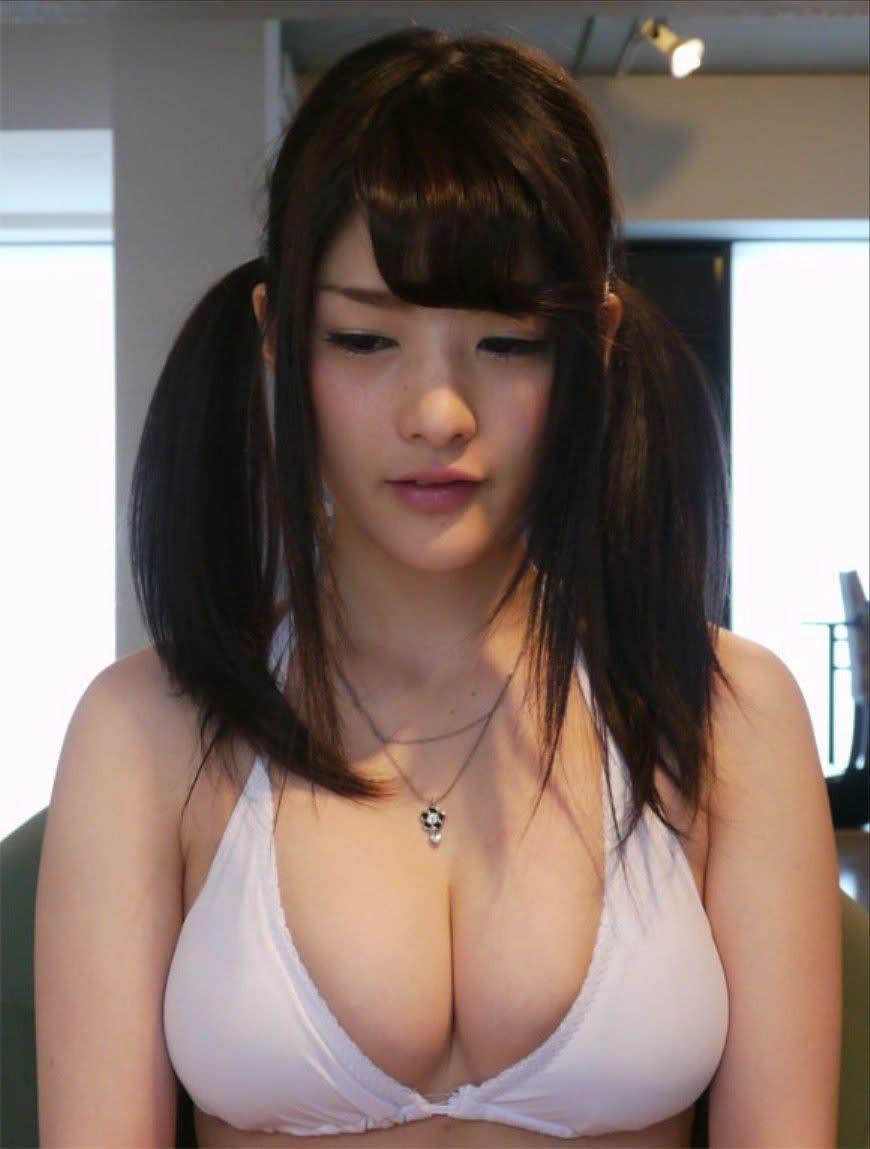 Teen exhibits her big tits