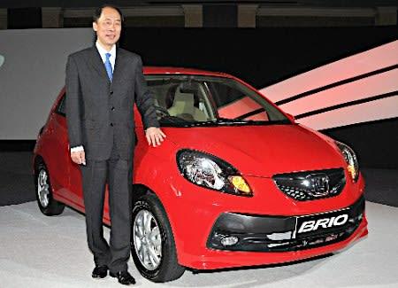 ホンダは27日、アジア向け小型ハッチバック車「ブリオ」(排気量1200cc)をインドで同日発売したと発表した。同車の発売はタイに次いで2カ国目。写真は現地法人の永井高志社長=ニューデリー 【時事通信社】