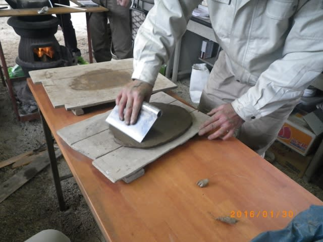 ヘラで粘土の面を整える