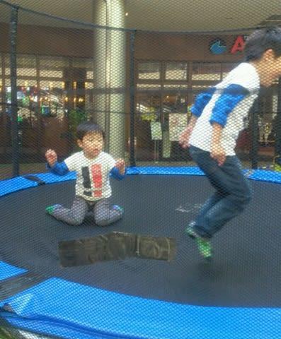 跳ね て ジャンプ ジャンプ