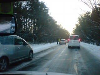車を一時停止で、立ち往生している車を横へ移動。