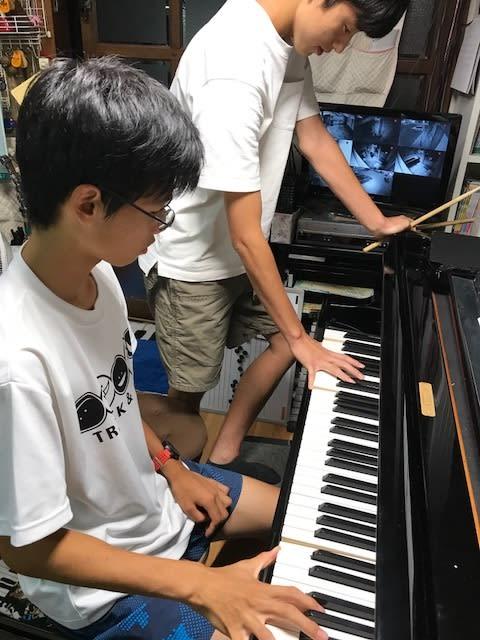 手の大きさ比べ ピアノを弾く手