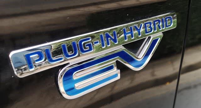 「PLUG-IN HYBRID EV」のロゴ