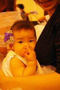 会場飾花で遊ぶ娘