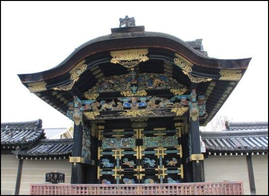 見事な彫刻、彩色で華麗な姿を見せる「唐門」・・
