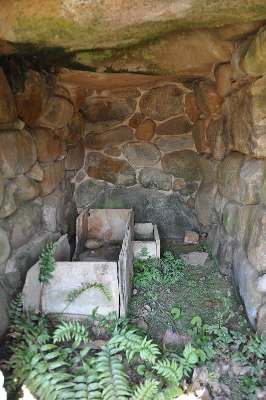 上山13号墳石室内