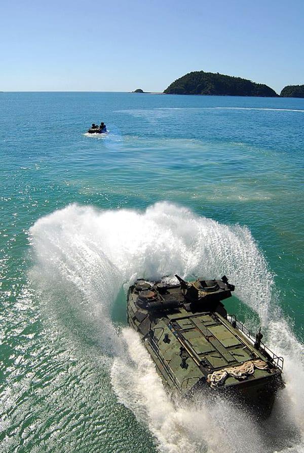 水陸両用車 AAV7