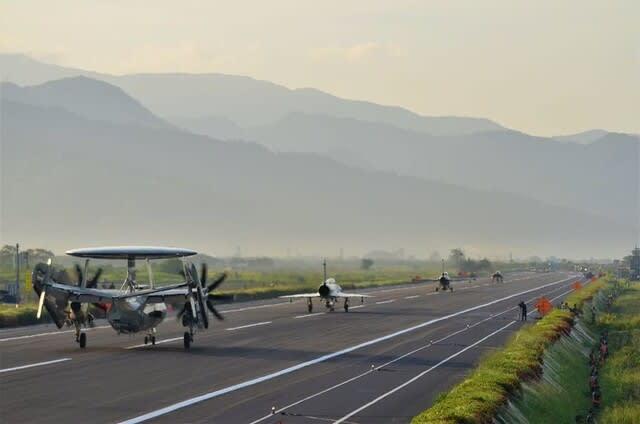 米海軍,台湾海峡通過,FCK1戦闘機,經國號戰機,台湾空軍,IDF,中国台湾侵攻,台湾軍,大規模年次軍事演習漢光,中共軍演習,戦争,