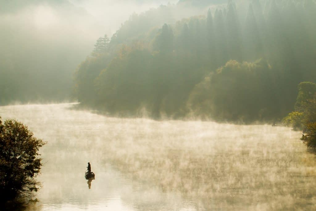 朝靄のダム湖