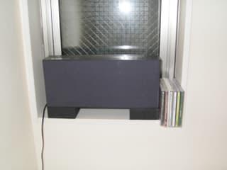 BOSEのWAVE CDにメインの座を譲って今では寝室担当をしております。スロットインの強みを生かして窓のニッチのところに置いてみたのですが、背面の電源コードがサッシ  ...