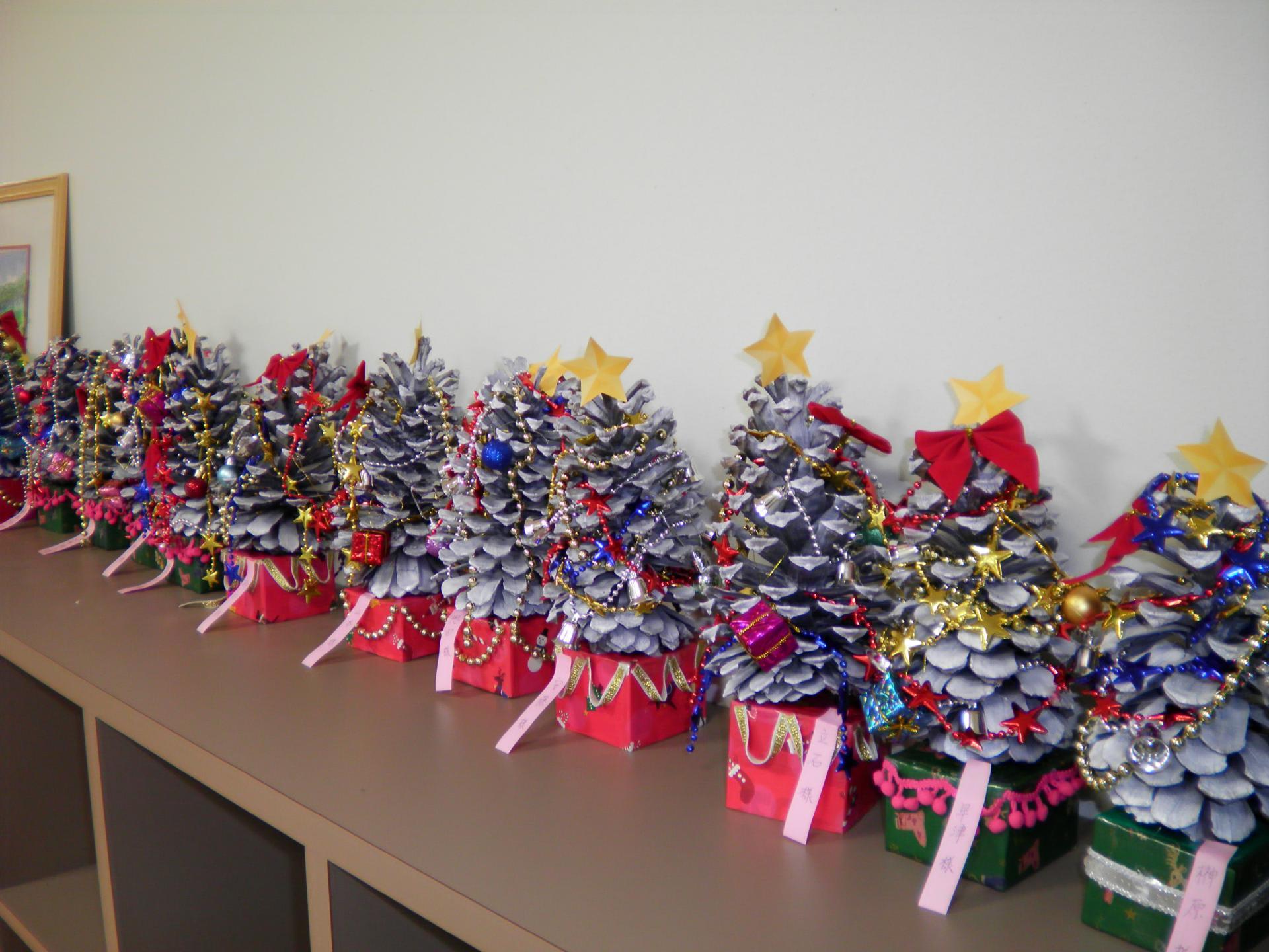 ミニクリスマスツリーの製作を進めています , デイサービス