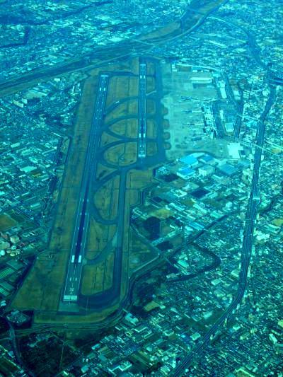 これで、パックン、パックンと、立て続けにやられれば、伊丹空港だって大穴があいて、そこには真っ暗な闇が残るだけとなる。