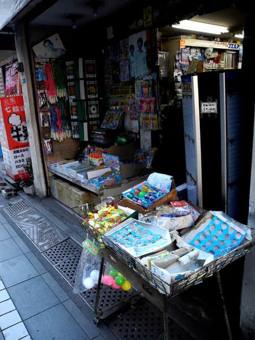 fdcc1d20bf 大怪獣サロン近くの文房具店、昭和の駄菓子店的な軒先を維持していて天然記念物に指定したいレベルのイイ雰囲気を醸し出しておりマス。
