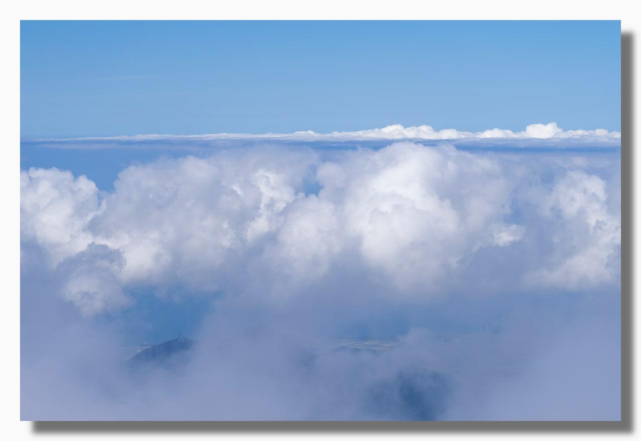 群青色の空と