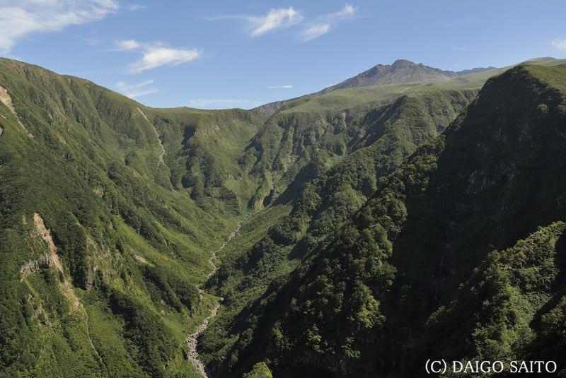奈曽渓谷から山頂を望む