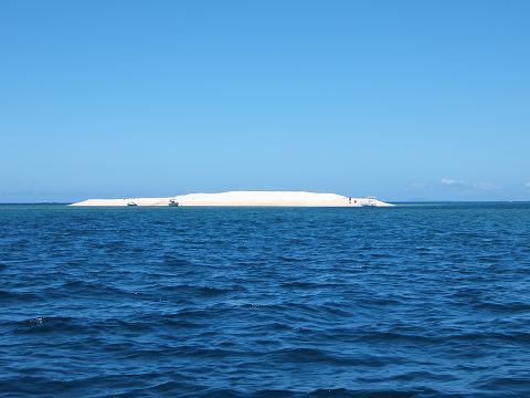 「バラス島・折れて枯れた珊瑚が自然の海流で打ち寄せられて出来た自然の島」