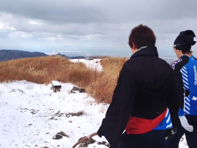 雪降る中で山登り