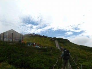 頂上には100名近い人が集まっていました