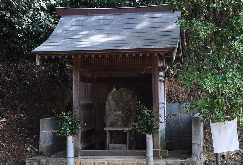 赤井塚古墳後方の石