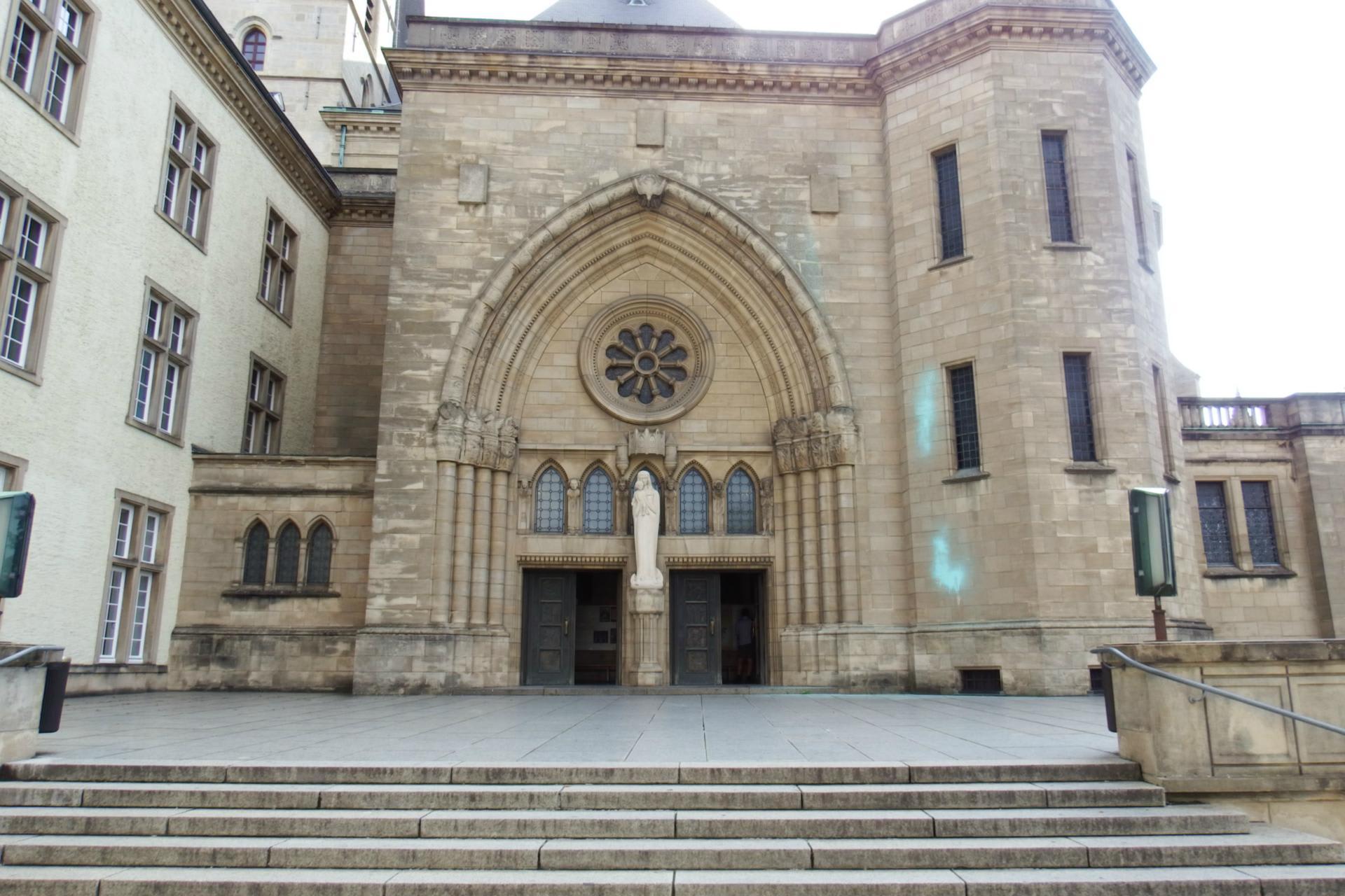 ルクセンブルク大聖堂。左手の建物はルクセンブルク国立図書館 → Map