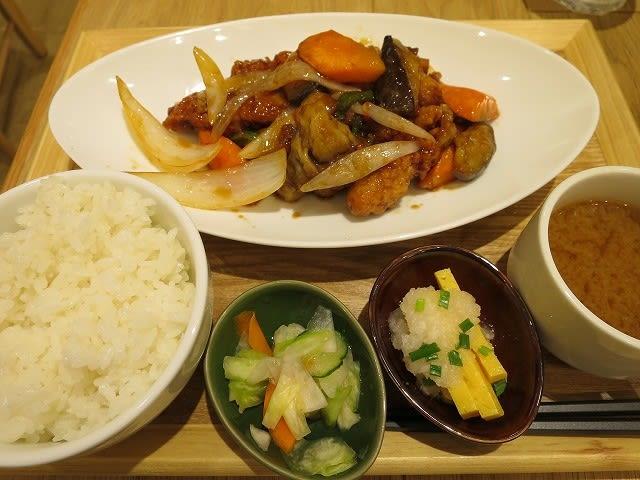 鶏肉と彩り野菜の黒酢炒め定食