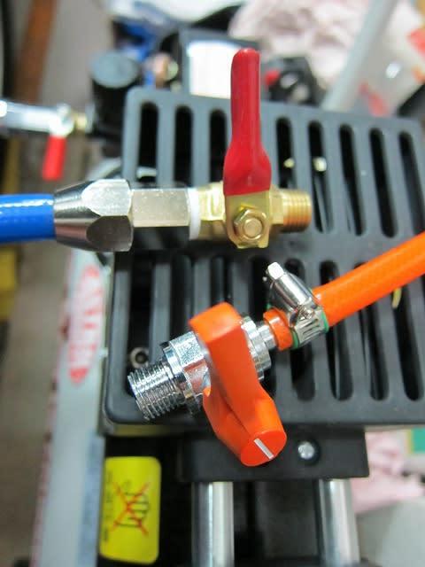 エアーコンプレッサーを使ってる方は知ってると思いますが、圧縮空気を貯めるタンクはエアー工具を使う度に空気圧が下がって、その際に熱膨張の原理でタンク内温度が