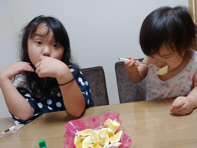 フルーツを食べている写真です。 | 高知市で月々三万円で新築を建てるならサンブランドハウス
