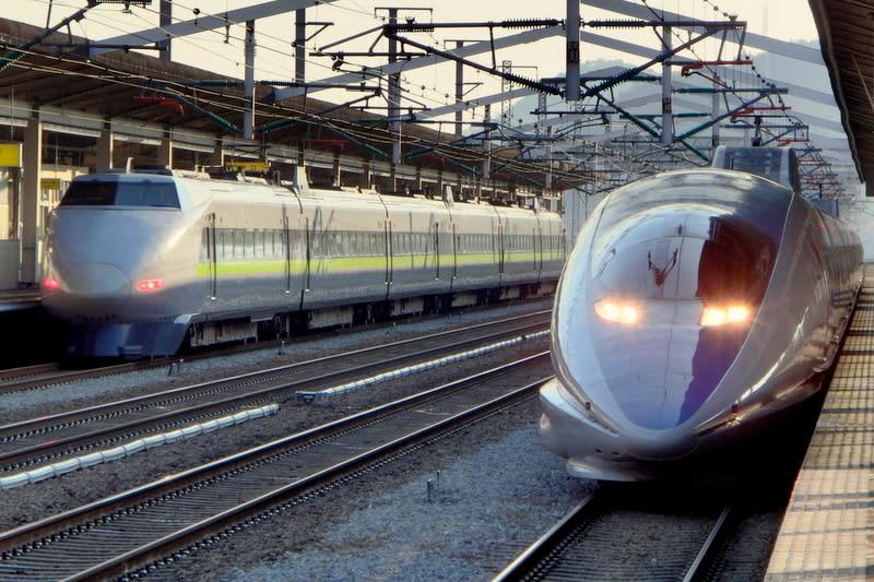 新幹線100系JR西日本カラー6両編成「こだま」と500系8両編成「こだま」