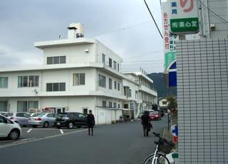 メインストリートから錦病院(左手の建物)を望む