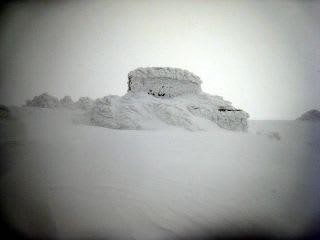 頂上。山頂碑。吹雪真っ只中。もう一つの方(本体)にも同じ内容で出していますが、こちらは画像が多め。遭難した方は8合目付近で見つかったとのこと、ピッケルが刺してあったその雪の下で・・・。5合目までは人力でそれからヘリで隊員が