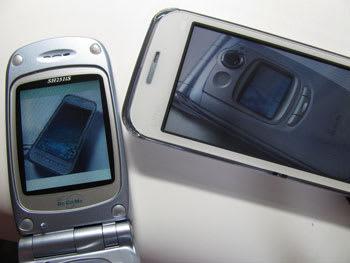 SH251iS(左)とSH-03C(右)が3D表示で夢の競演!